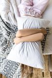 zaciemniający widok kobiety przytulenia poduszka podczas gdy kłamający zdjęcia royalty free