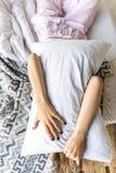 zaciemniający widok kobiety przytulenia poduszka podczas gdy kłamający fotografia royalty free