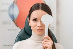 zaciemniający widok młody żeński cierpliwy dostaje oko test fotografia stock