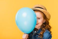 zaciemniający widok uśmiechnięta dziecka nakrycia twarz z balonem zdjęcia royalty free