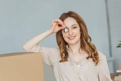 zaciemniający widok uśmiechnięta kobieta fotografia stock
