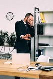 zaciemniający widok zmęczony biznesmen fotografia stock