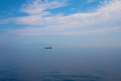 Zacinto, Grecia - acqua blu incredibile con la singola nave Immagini Stock Libere da Diritti