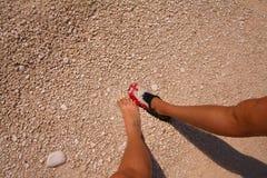 Zacinto, Grecia - gambe delle coppie della spiaggia di Navagio Fotografia Stock