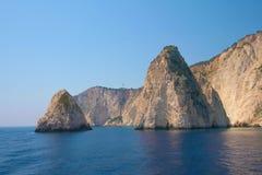 Zacinto, Grecia - il blu scava la linea costiera con la bandiera greca Immagine Stock Libera da Diritti