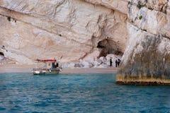 ZACINTO, GRECIA, il 27 settembre 2017: Caverne blu ed acqua blu del mare ionico sull'isola Zacinto in Grecia immagini stock libere da diritti
