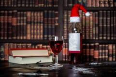 Zaciszność, Bożenarodzeniowy wieczór z książkami i szkło czerwone wino, obrazy stock