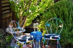 Zaciszność kąt Z stołem, krzesłami & szkłami, obrazy stock