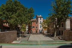 Zaciszność kwadrat z stawem, drzewami, budynkami i niebieskim niebem w centrum miasta Nimes, zdjęcie stock