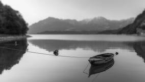 Zaciszność na jeziorze w czarny i biały Zdjęcia Royalty Free