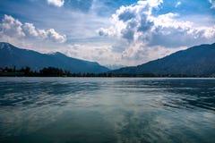 Zaciszność, Pokojowy widok nad Jeziornym Tegernsee w Niemcy obrazy royalty free