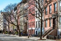 Zaciszność pusty chodniczek przed historycznym budynkiem w Miasto Nowy Jork zdjęcia stock