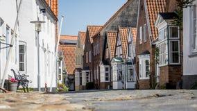 Zaciszność pusty europejczyk brukuje kamienną ulicę w ranku Zdjęcia Royalty Free