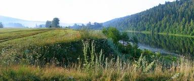 Zaciszność rzeka wzdłuż lasowego skłonu fotografia stock