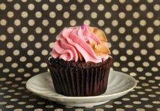 Zacken Sie kleinen Kuchen auf Platte aus Stockbilder