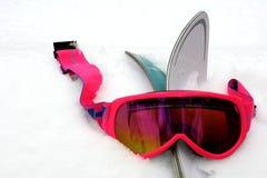 Zacken Sie Ski-Schutzbrillen im Schnee aus Stockbilder