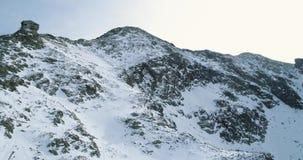 Zacofana antena nad zimy śnieżną górą z mountaineering narciarki ludźmi chodzi w górę pięcia góry śnieżne pokrycia zdjęcie wideo