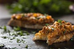Zacusca - Roemeense die, met vissen wordt uitgespreid en geroosterde groente veget stock foto's