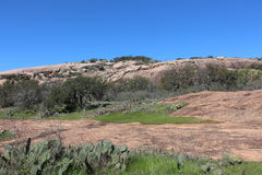 Zaczarowany rockowy szczytu ślad z roślinnością obrazy royalty free