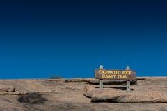 Zaczarowany Rockowy szczytu znak zdjęcia stock