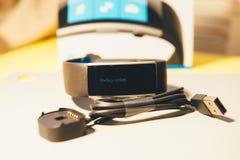 Zaczynać aktualizację na nowym Microsoft Skrzyknie 2 noszonego smartwatch na t fotografia royalty free
