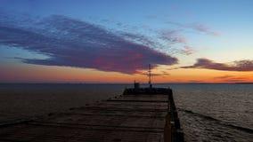 Zaczyna? dzie? etiudy ranek oleju morze Widok od skrzyd?a navifational most ?adunku statek obrazy stock