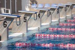 Zaczynać miejsca w na wolnym powietrzu Olimpijskim pływackim basenie zdjęcie stock