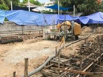 Zaczynać nalewa mokrego beton domowa fundacyjna konstrukcja zdjęcia stock