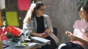 Zaczynać przedsiębiorcy dyskutują pracę podczas gdy siedzący wpólnie w nowożytnym biurze Życzliwa atmosfera współpraca zdjęcie wideo