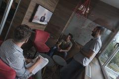 Zaczyna ludzi biznesu up grupuje uczęszczać wideokonferencja wezwanie Zdjęcia Royalty Free
