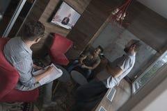 Zaczyna ludzi biznesu up grupuje uczęszczać wideokonferencja wezwanie Zdjęcie Stock