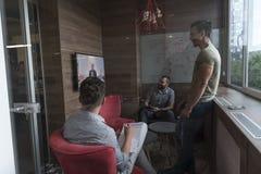 Zaczyna ludzi biznesu up grupuje uczęszczać wideokonferencja wezwanie Fotografia Stock