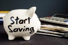 Zaczyna Ratować pisać na prosiątko pieniądze i banku obraz stock