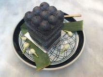 Zaczyna twój dzień z domowej roboty Wyśmienitym ciasto koksem i węgla drzewnego tortem z plamy tłem w kawiarni, czarny i biały to Zdjęcie Stock
