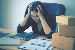 Zaczyna up biznesowej kobiety stresującej się out na sprzedaż raporcie dla ona zaczynać up biznes Zdjęcie Stock