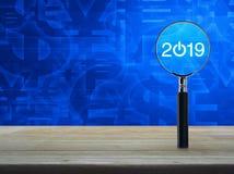 2019 zaczynają w górę płaskiej ikony z powiększać - szkło na drewnianym stole nad waluta symbolu brzmienia błękitnym tłem, Biznes ilustracji