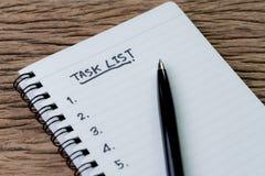 Zadanie lista, zarządzania projektem pojęcie, pióro na białego papieru notepa zdjęcie royalty free