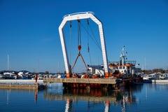 Zadar, Хорватия, 29-ое ноября 2018: Работники сокрушая и извлекая пристань, стоковые фото