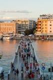 ZADAR, CRO, 1-ОЕ АВГУСТА: мост скрещивания людей водя к полуострову и старому городку 1-ого августа 2014 в Zadar, Хорватии Стоковое Фото