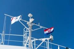 Zadar, Croacia - 20 de julio de 2016: la bandera del país y de la compañía de Jadrolinija en el transbordador Foto de archivo libre de regalías