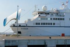 Zadar, Croatie - 20 juillet 2016 : Ferry-boat de Jadrolinija dans le port de Gazenica Images stock