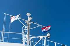 Zadar, Croatie - 20 juillet 2016 : le drapeau du pays et de la société de Jadrolinija au ferry-boat Photo libre de droits