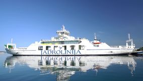 Zadar, Kroatië - Juli 20, 2016: Jadrolinijaveerboot in Gazenica-haven stock videobeelden