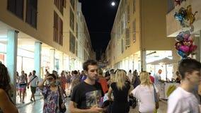 Zadar, Kroatië - JULI 19, 2016: Sirokastraat in Zadar, de hoofdstraat in oude stad stock video