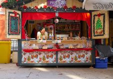 Zadar, Kroatië, 28 November, 2018: Mini Donuts-tribune bij de nu aan de gang zijnde markt stock afbeeldingen