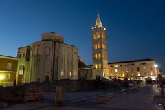 Zadar, Kroatien bei Sonnenuntergang mit der alten Kirche von St. Donat und antikes römisches Quadrat stockbild