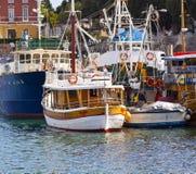 Zadar Kroatien - fiska fartyg och det touristic kryssningskeppet på pir Royaltyfri Bild