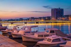 ZADAR, KROATIEN - JULI 2015; Abend am Hafen von Zadar, mit L Stockfoto