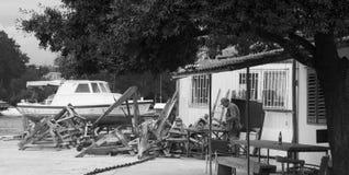 ZADAR, KUNDENBERATERIN - 1. AUGUST: Alter Mann, der die Teile für Boot, handgemacht am 1. August 2014 Zadar, Kroatien macht Lizenzfreie Stockbilder
