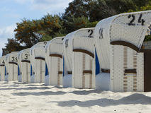 Zadaszający łozinowy plażowy krzesło na Północnym morzu morzu bałtyckim i Obraz Royalty Free